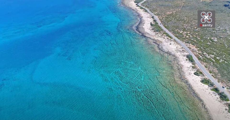 Η παραλία της Ελλάδας με νερά πισίνας που μοιάζει βγαλμένη από την Καραϊβική