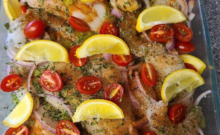 Συνταγή για ψαράκια στο φούρνο με ντομάτα και μυρωδικά