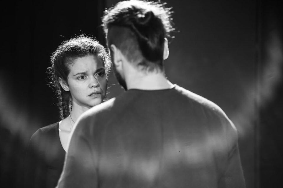 Κωνσταντίνος Μπιμπής-Λίλα Μπακλέση γιορτάζουν το άνοιγμα των θεάτρων στην ταράτσα του Θεάτρου Λαμπέτη