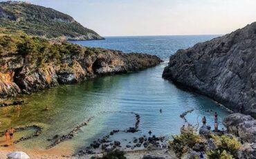 """Γλώσσα: Βουτιές στη """"μυστική"""" παραλία της Ελλάδας που θυμίζει τοπίο της Πολυνησίας!"""