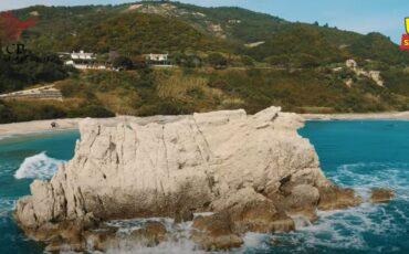 """Αρτολιθιά. Η εκπληκτική παραλία της Ηπείρου με τους φυσικούς κυματοθράυστες που είναι πάντα """"λάδι""""."""