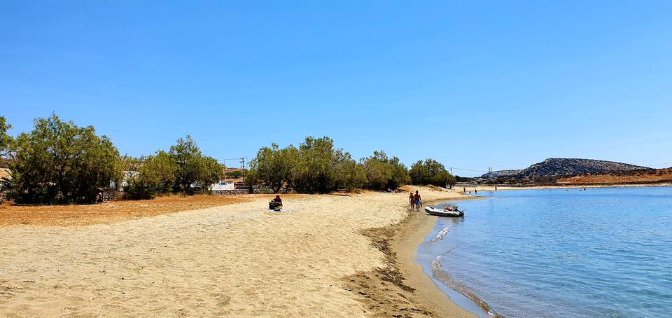 Τσιγκούρι: Βουτιές στην φημισμένη παραλία της Σχοινούσας