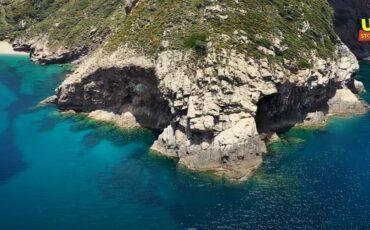 Σε αυτή την εκπληκτική παραλία του Αιγαίου μπορείτε να πάτε με το αυτοκίνητο σας!