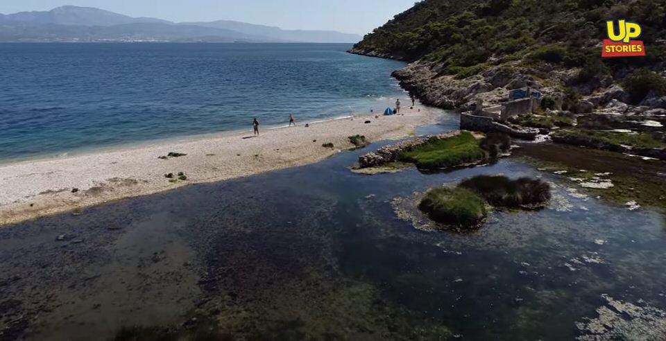 Αλμυρή Κορινθίας: Η άγνωστη παραλία με την φυσική δροσερή νεροτσουλήθρα που λατρεύουν τα παιδιά
