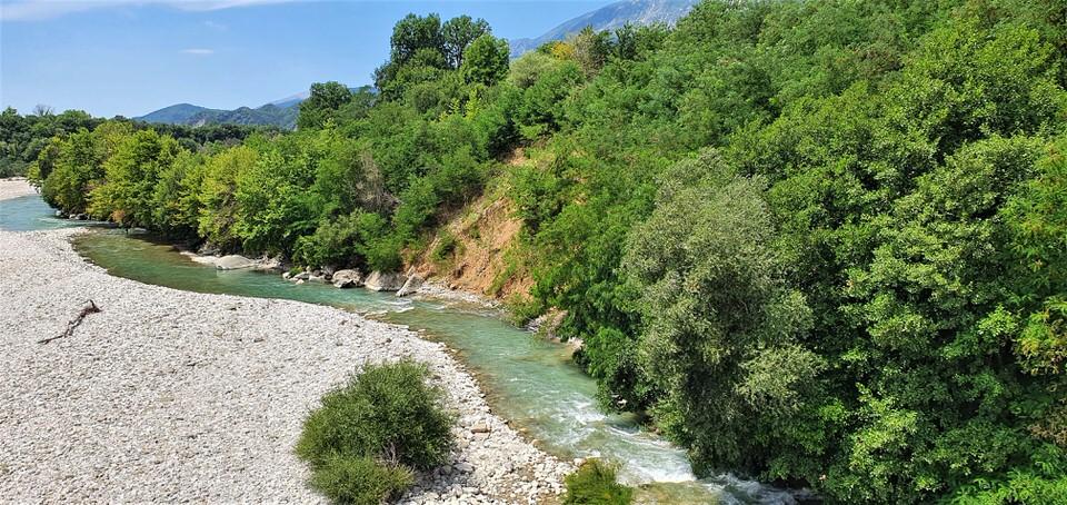 Καλοκαιρινές βουτιές στον Άραχθο ποταμό της Άρτας