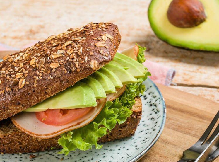 Συνταγή για το πιο υγιεινό και νόστιμο σάντουιτς με αυγό και αβοκάντο