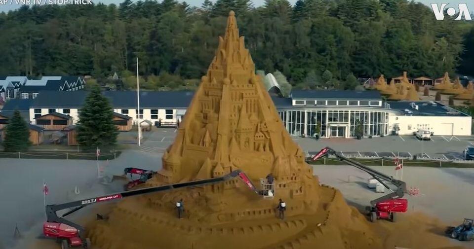 Δανία: Εδώ χτίστηκε το ψηλότερο κάστρο από άμμο κι έχει θέμα τον covid-19!