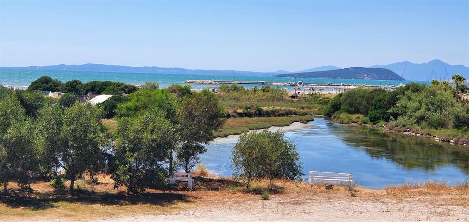 Κορωνησία: Οδοιπορικό στο γραφικό ψαροχώρι που είναι χτισμένο σε μία νησίδα γης