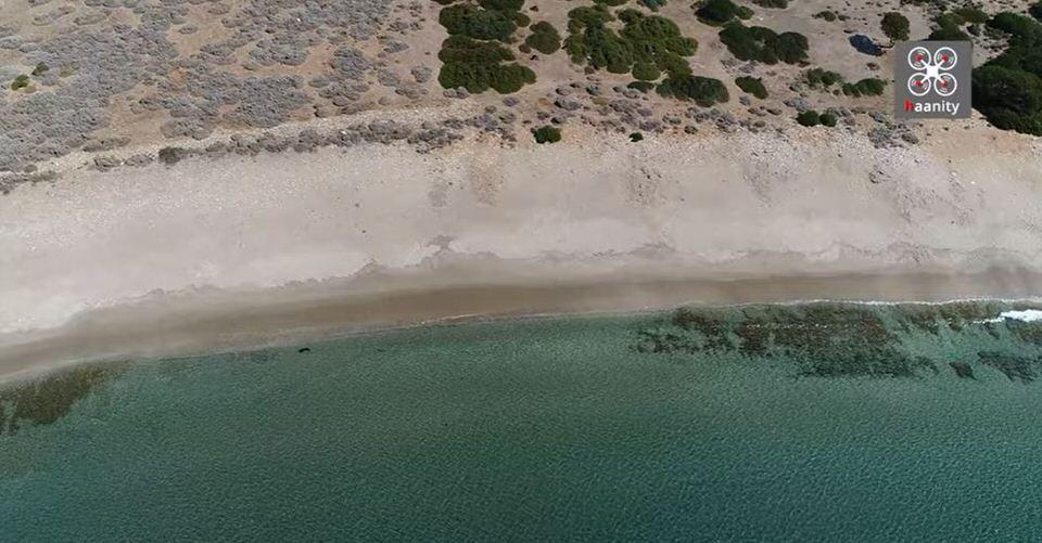 Η παραλία της Ελλάδας που βρίσκεται μέσα σε κρατήρα- Βγαίνει στη θάλασσα με πέτρινη καμάρα