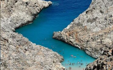 Παραλία του Στεφάνου: Οι τεράστιοι μαρμάρινοι βράχοι και τα καταγάλανα νερά εντυπωσιάζουν τους επισκέπτες