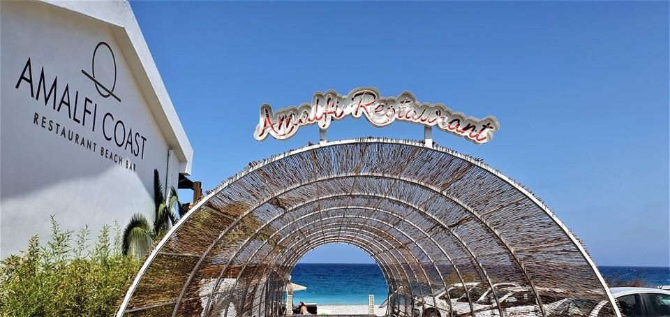 Amalfi Coast Rhodes: Το all day beach bar restaurant που ο ήλιος δύει ανάμεσα σε δύο Ηπείρους!