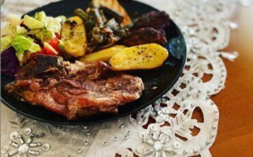 Συνταγή για χοιρινές μπριζόλες στο φούρνο που λιώνουν στο στόμα!