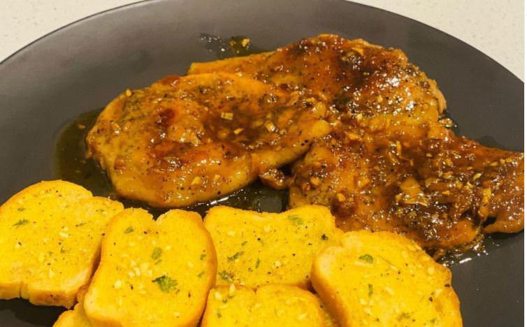 Συνταγή για χοιρινές μπριζόλες με μέλι και σκόρδο