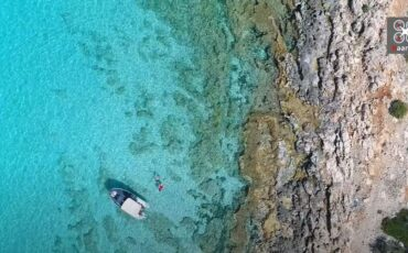 Το σημείο της Αργολίδας με το περίεργο σχήμα και με νερά που θυμίζουν Καραϊβική