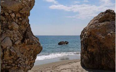 Λίγκρες: Η μυστική παραλία του Ρεθύμνου με τους καταρράκτες