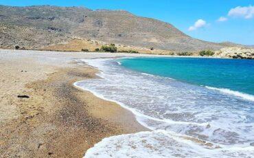 """Καρούμες: Η""""κρυφή"""" παραλία με τα τιρκουάζ νερά στο φαράγγι των Χοχλακιών"""