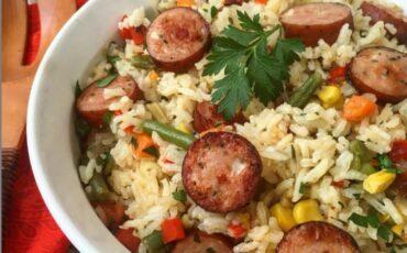 Συνταγή για φουρνιστό ρύζι με λουκάνικα