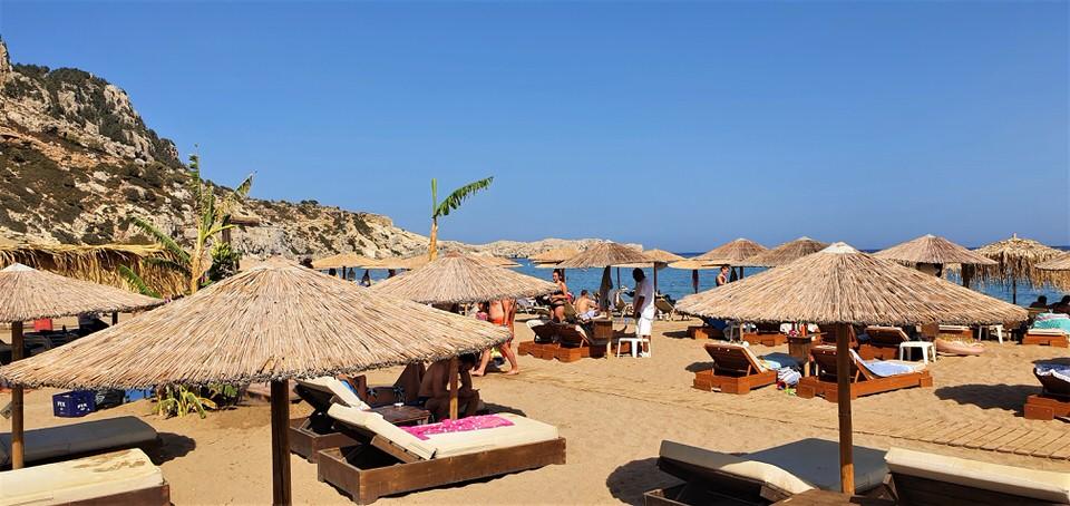 """Παραλία Τσαμπίκα: Βουτιές στην """"Σαχάρα"""" της Ρόδου και beach bars υψηλών προδιαγραφών"""