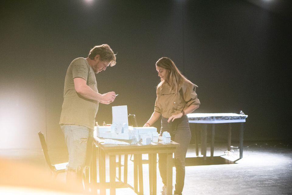 """""""Λάθος Χώρα"""" του Γκαζμέντ Καπλάνιαπό: Από τις 3 Νοεμβρίου στο Θέατρο Πόρτα"""