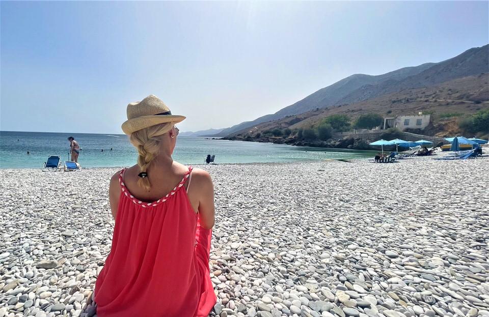 Χαλικιά Βάτα: Βουτιές στα γαλαζοπράσινα νερά της γραφικής παραλίας της Μάνης