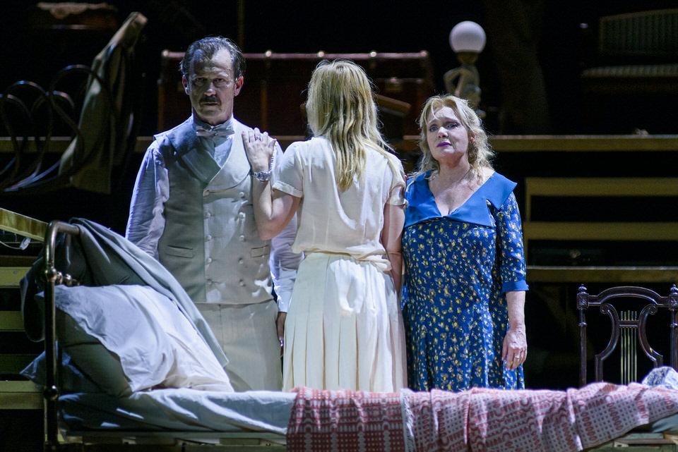 «Το Τρίτο Στεφάνι» του Κώστα Ταχτσή σε σκηνοθεσία Κωνσταντίνου Μαρκουλάκη, με την Μαρία Καβογιάννη και την Μαρία Κίτσου