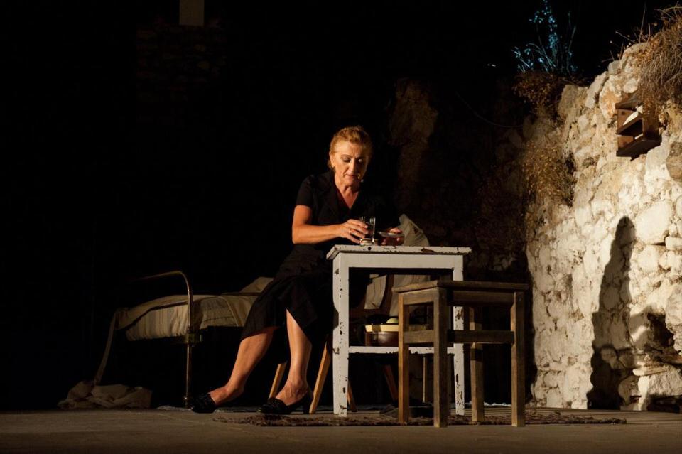 «Συμβολαιογράφος» με την Υρώ Μανέ: Για λίγες παραστάσεις στο Ίδρυμα Μιχάλης Κακογιάννης