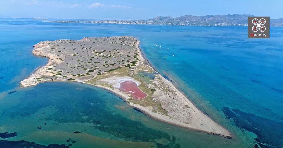 """""""Ξι-Χι-Ξι"""": Το επίπεδο νησί της Ελλάδας σε σχήμα σπαθιού με την κόκκινη λίμνη και τα μυστηριώδη αρχικά"""